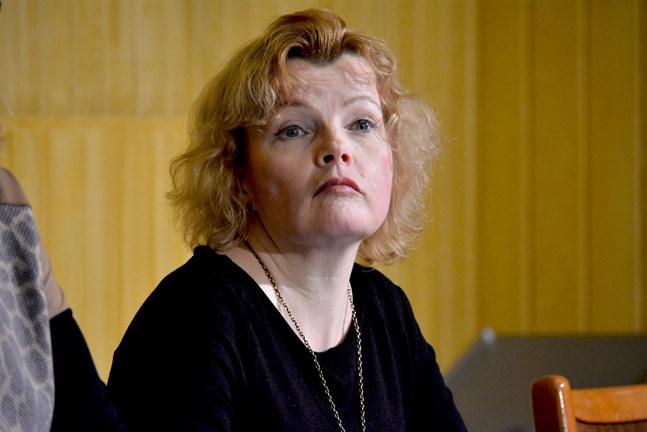 Kasköpolitikernas förtroende för Minna Nikander prövas i kväll.