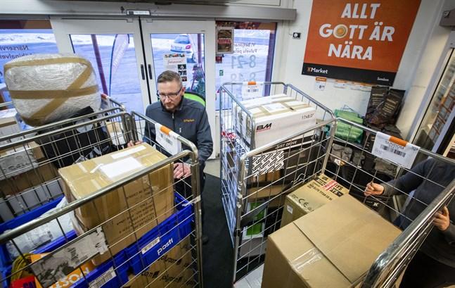 Stökigt på K-market i Sundom. Tomas Träskelin, butikschef är omringad av paket.