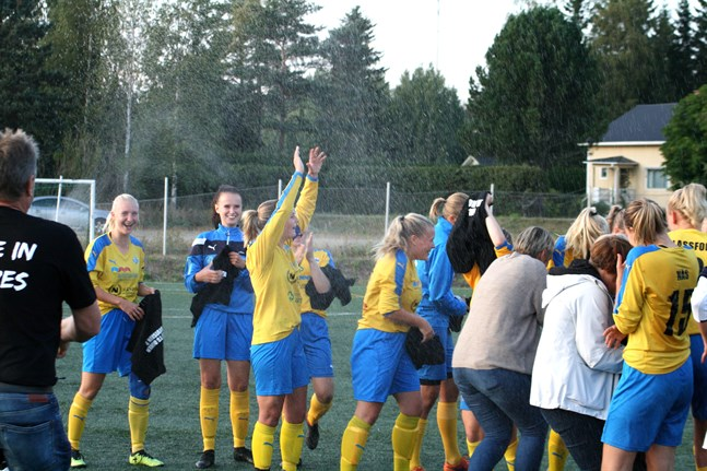Krafts damer firade avancemang till division 2 i höst. Här är det lagkaptenen Emma Manngård som höjer händerna mot skyn.