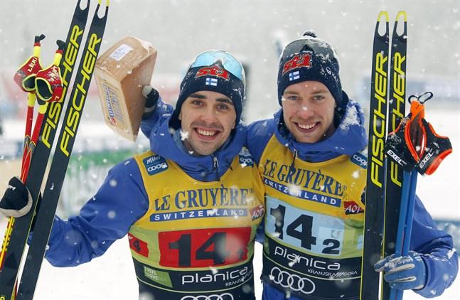 Ristomatti Hakola och Joni Mäki fick kliva upp på prispallen efter en stark insats i lagsprinten. Det var Vasabördige Mäkis första pallplacering i världscupen.
