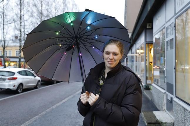 Miranda Moss från Sydafrika tycker att det nordiska vintermörkret är ganska jobbigt så hon började bära med sig ljus i ett paraply.