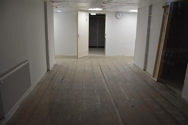 Man har varit tvungen att riva ut mattorna i de korridorer där vatten hann rinna ut. Upptorkning pågår.