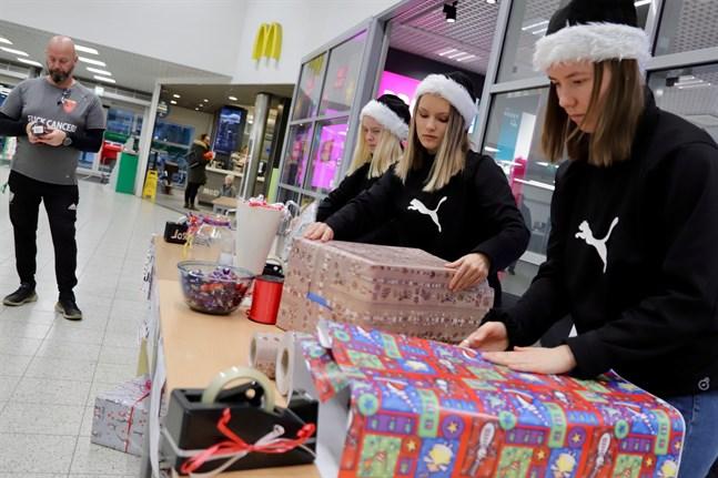 Stefan Vehkola är den som koordinerar talkoarbete för IF Eije. Ellen Wistbacka och Ingrid Rokala är inne på sin fjärde dag. Julia Vehkola jobbar sin femte dag på julafton.