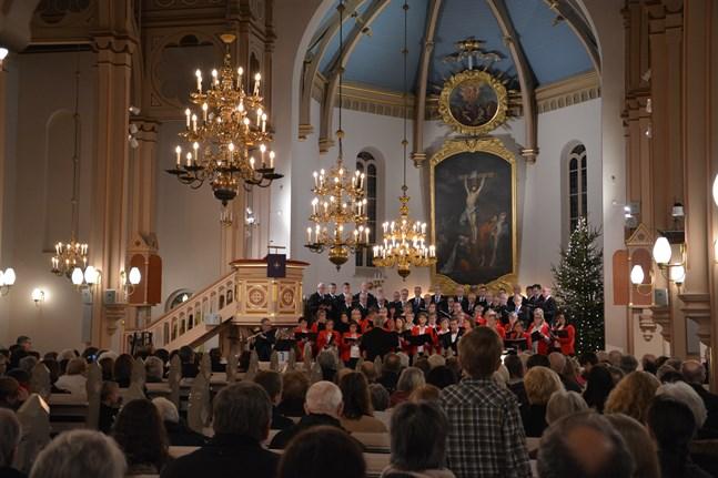 De vackraste julsångerna och julbönen lockar också mindre flitiga kyrkobesökare.