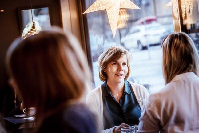 Minister Anna-Maja Henriksson (SFP) har bjudit in VR:s vd till ett möte i Jakobstad.