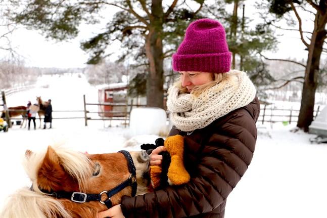Anna Salmi har alltid älskat djur och de älskar henne – det syns på lång väg.