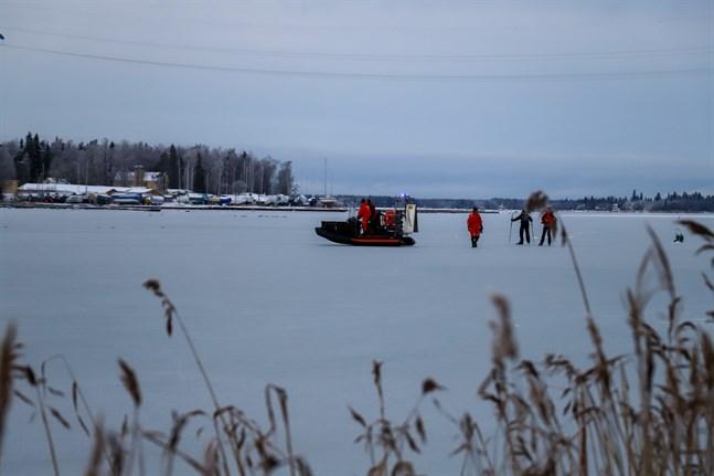 Räddningsverket ryckte ut med svävare.