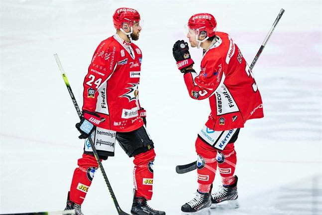 Filip Riska, till vänster, kvitterade för Sport borta mot Kärpät.