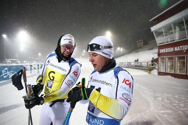 Zebastian Modin med Emil Jönsson, till vänster, en av de tre skidprofiler som ska hjälpa paraåkaren i Vasaloppet. Arkivbild.
