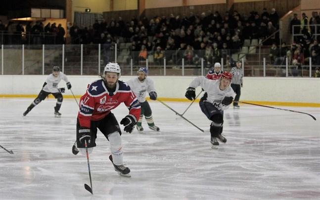 Jesper Portin (17) jagas av Jarkko Anttila (röd hjälm) och Jori Isomäki (blå hjälm).