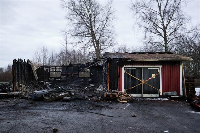 Garagedelen av uthuset bredvid Övermalax skola totalförstördes i en brand tidigt på måndag morgon.