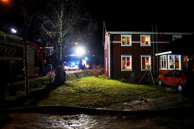 Brandkåren undersöker huset på Västersolfvägen.