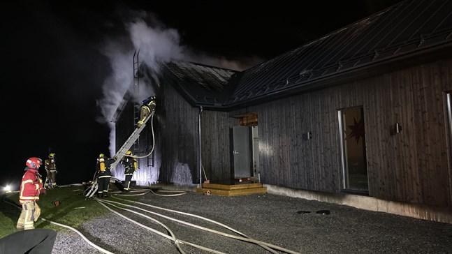 Ett nybyggt egnahemshus brinner i Larsmo.