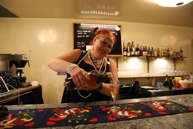Får det vara lite skumpa? Kati Källman häller upp ett glas åt festdeltagarna.