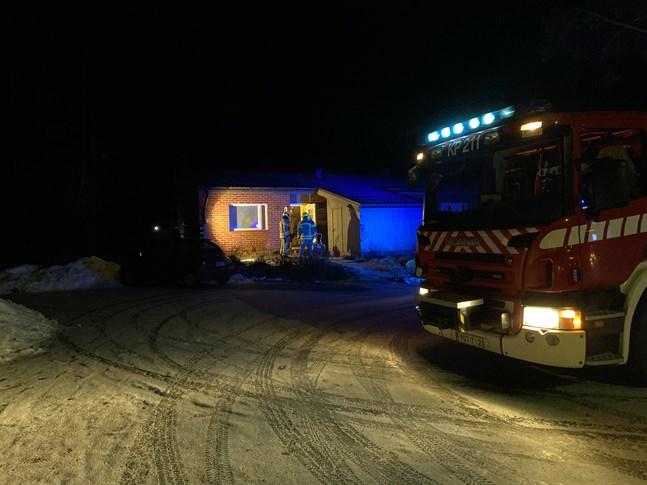 En ljusstake började brinna i en lägenhet i Jakobstad natten till onsdag.