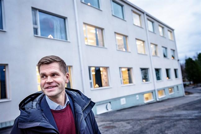 Ronnie Djupsund som är chef för svenska undervisningstjänster i Karleby säger att det pågår en utredning om KSG kan avvika från den linje som gäller för övriga gymnasier i Karleby.