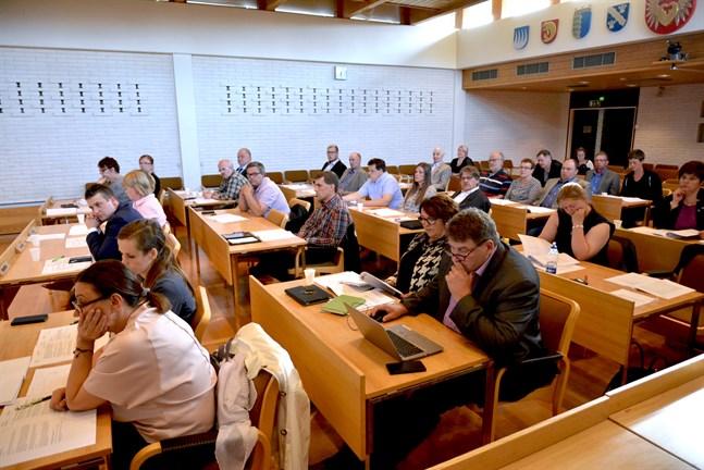 Allmänhet och massmedia måste ges möjlighet att följa fullmäktigemötena oavsett om fullmäktige sammanträder fysiskt eller elektroniskt.