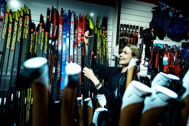 Förutsättningarna har inte varit de bästa men det har gått att skida även i vinter, säger Karita Jungar. Hon ska starta i Landskapsstafetten på trettondagen. Skidhyllan vid Mattssons i Jakobstad. 3.1.2020.