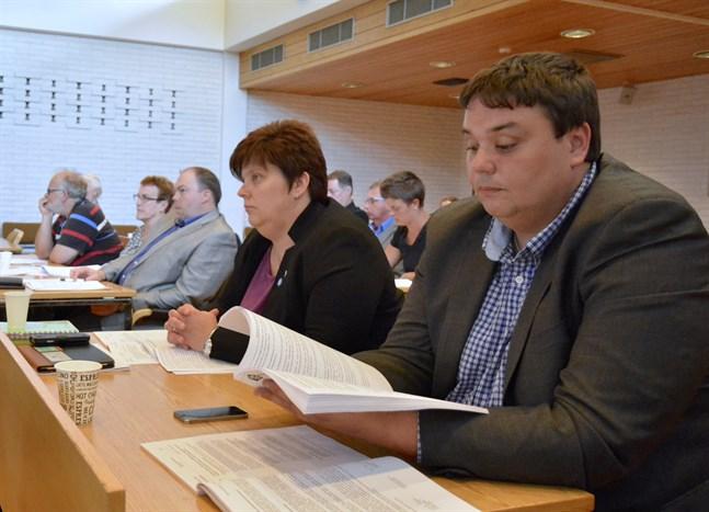 Möte på skärm blev en välkommen möjlighet för ledamoten Johan Skinnars i Närpes. Han har missat 8 av 24 möten, medan bänkkamraten Johanna Smith inte missat ett enda.