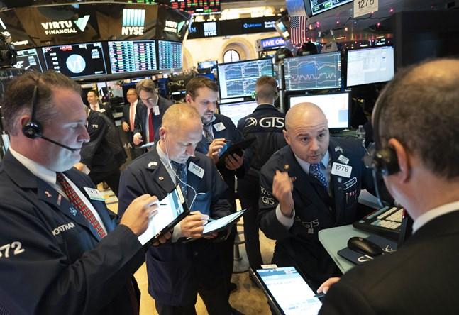 New York-börserna backar vid öppning.