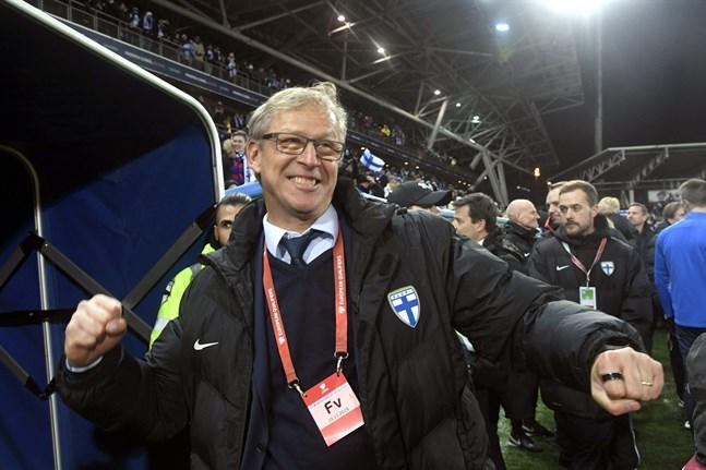 Markku Kanerva firar att EM-platsen är säkrad. Nu får han Bollförbundets förtroende för ytterligare två år framåt.