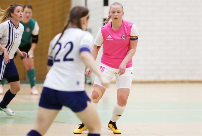 Ett av FC Brändöpojkarnas tre lag spelar i futsalettan, och där är Josefine Dahlgren lagkapten.