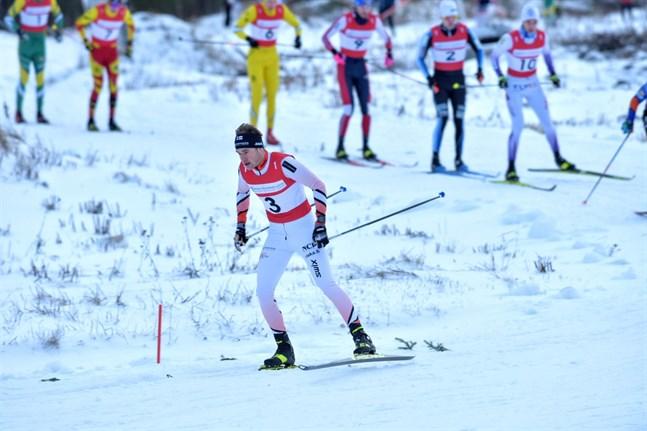 Viktor Mäenpää åkte in på en 28:e plats i säsongspremiären i Visma Ski Classics.