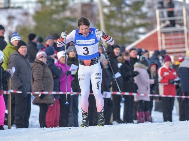 Ski Team Mäenpääs Hans Mäenpää tycker att formen varit stabilare i vinter än förra säsongen och hoppas på en placering bland de fyrtio bästa i Vasaloppet på söndag. Bilden är från landskapsstafetten i Nivala i januari.