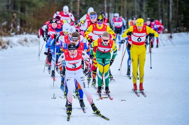 Jakobstads Viktor Mäenpää inledde starkt i en landskapsstafett som kom att präglas av de som inte var med.
