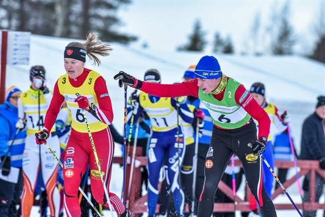 Kronobys Gustav Forsell gav över till Jennie Lindvall i landskapsstafetten i Nivala på trettondagen i januari. Det blir ingen stafett på trettondagen 2021. Nytt datum fastslogs på onsdagen.