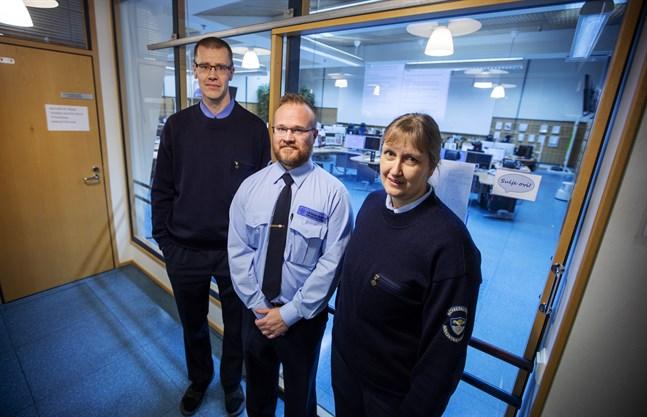 Jens Perus, Jens Korpela och Annika Härmäläär nya, tvåspråkiga nödcentralsoperatörer. De hör till den nya gruppen som ska göra det enklare att få hjälp på svenska i hela landet.