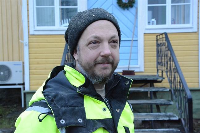 Britten Dominic Fell i Övermark vill bli finsk medborgare. Han är orolig att han måste betala dubbel skatt efter brexit.