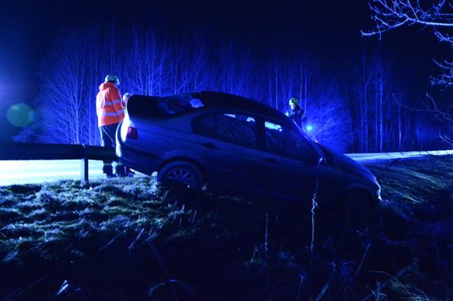 En bil skurrade av vägen i Pjelax på tisdag kväll.