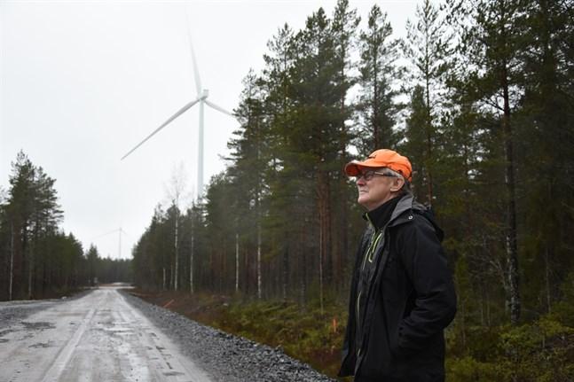 Nu har 18 vindkraftverk rest sig i närheten av Lars Forséns hem och snart väntas elproduktionen vara i full gång. Forsén bedömer projektets inverkan på naturen som katastrofal.