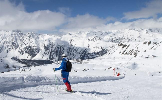 Bergstoppar som Piz Mundin, Paraid Naira och Saumspitze ligger i synfältet uppe från restaurangen Videralp.
