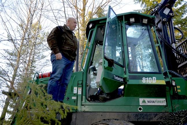 Kim Norrgård diskuterar med maskinföraren Kim Norrvik som kör ut virke på ett skifte i Finby som Nova Forest gallrar.