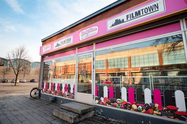 Folk hyr inte längre filmer från videouthyrningsfirmorna och därför har sifforna  stadigt blivit mer röda också för Filmtown i Karleby.