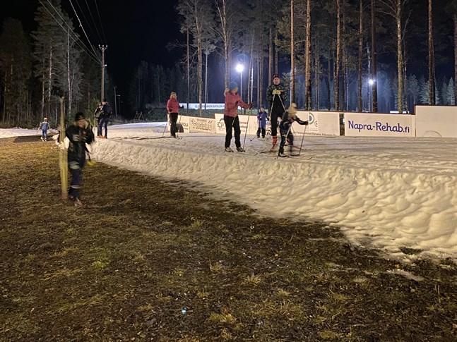 Konstsnöspåret på Vargberget har tagit rejält med stryk av vädret. I början på december, då det här fotot togs, var snötäcket ännu tjockt men det har blivit avsevärt tunnare i och med det varma vädret.