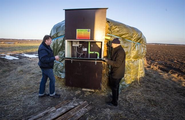 En biomeiler som producerar värme från hästdynga och björkflis är det senaste tillskottet i Meteorians energiproduktion. Till vänster projektledare Hans Lindén och Matts Andersén, Meteoria-ansvarig i Sundom bygdeförening.