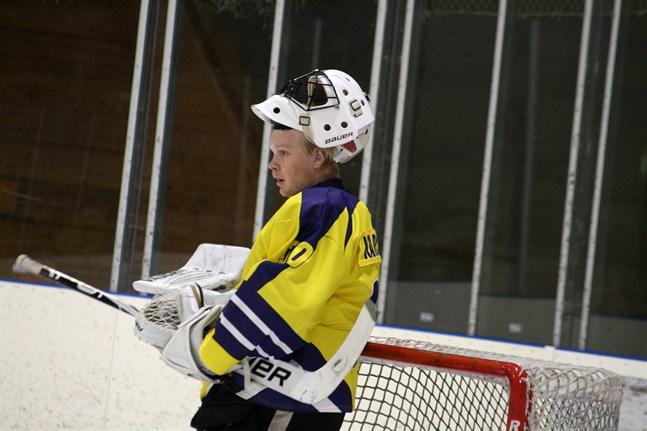 Rasmus Karlsson, på bild, vaktade målet i två perioder då laget förlorade mot Kurikan Ryhti på fredag kväll. Han byttes ut inför sista perioden mot Sebastian Söderback.