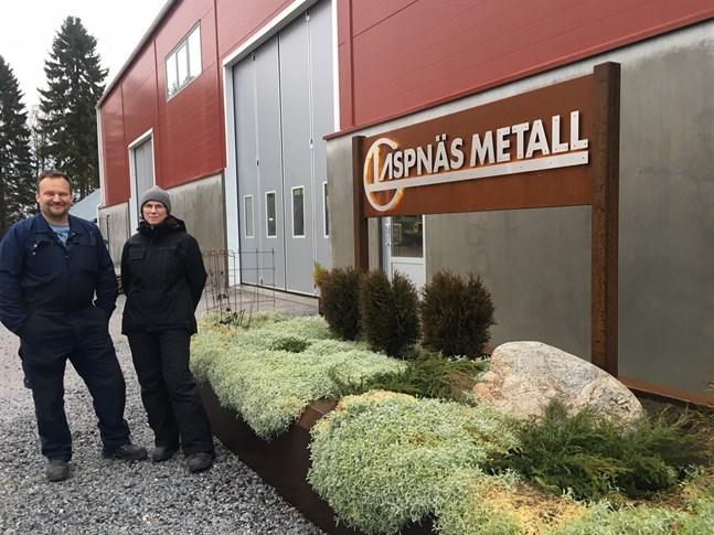 Tommy och Carola Nyman både bor och driver företaget Aspnäs Metall Ab på en naturskön plats där allmän väg upphör i Aspnäs.