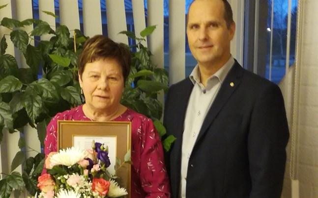 Vivan Hartvik är årets meste motionär i Korsnäs. Jan-Erik Westerdahl på den lokala banken delade ut pris.