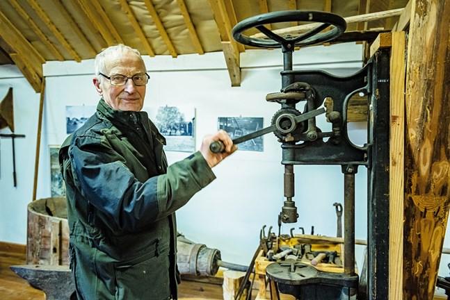 Lars Smeds har en stor del av sitt liv borrat sig ner i Socklot bys historia och frikostigt delat med sig av vad han funnit. Därför föräras han också stadens kulturpris.  Det egna gårdsmuseet är familjen Smeds historiska huvudprojekt.