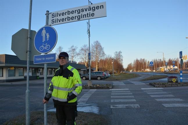 Silverbergsvägen, Silverbergintie står det numera på den här vägnamnsskylten vid kommungården i Korsnäs. Hans Österroos, som jobbar på tekniska verket, har varit med och satt upp skyltarna.
