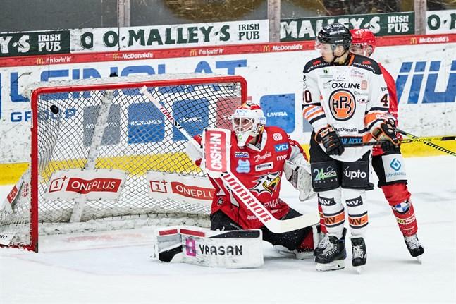 En skymd Niko Hovinen hade ingen chans att se pucken när HPK kvitterade till 1–1.
