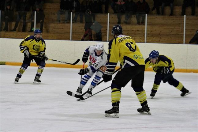 Kraft fick öva försvar mot Virkiä. Här är det William Prinsén, Arturs Kuzmenkovs och Jonathan Sjökvist som försöker stoppa en motståndare.