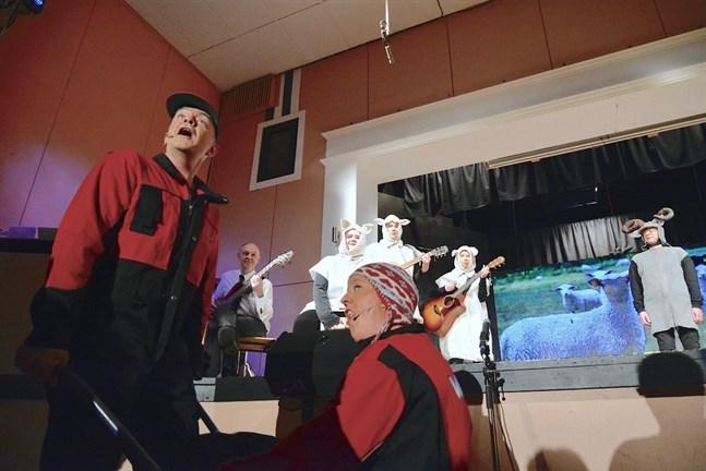 Ett av få nummer om lokala kändisar är en sång om nya riksdagsledagsledamoten Anders Norrback, med övriga SFP:are som fårskock. I förgrunden Sören Storbäck och Linda Högback.