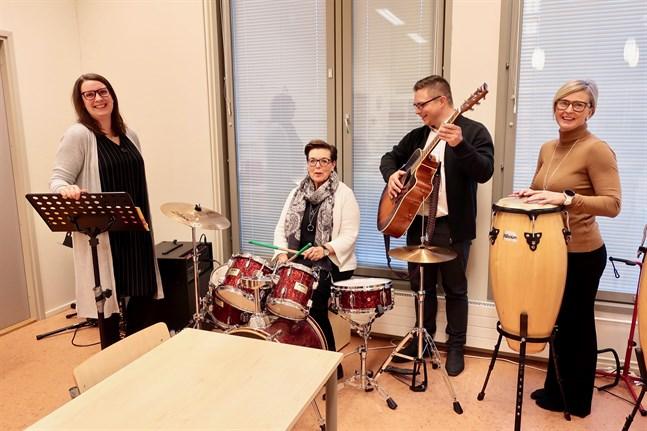 Musikpedagogen Rachele Greco testar bildningschef Carola Holm-Palonens, Wava-institutets rektor Peter Roos och barnpedagogikschefen Malin Stenmans musikaliska färdigheter.