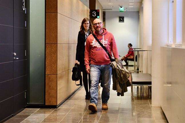 It-ingenjören och yttrandefrihetsaktivisten Kim Holviala anlände till Helsingfors hovrätt från Portugal, där han bor och jobbar.