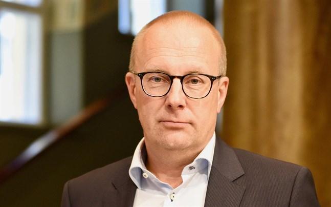 De stora utmaningarna som arbets- och näringslivet står inför handlar om helt andra frågor än en konstgjord, till hälften förverkligad förlängning av arbetstiden, säger FFC:s ordförande Jarkko Eloranta.